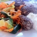 Morot & zucchini-pasta med viltfärsbiffar & tzatziki