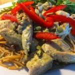 Tips på middag! kycklingpasta med pesto & soltorkadetomater toppat med pumpakärnor